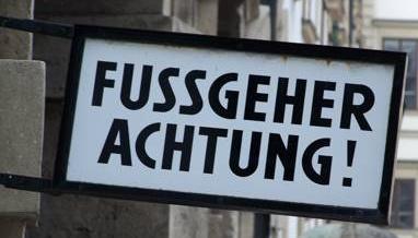 Schild: Fussgeher Achtung!