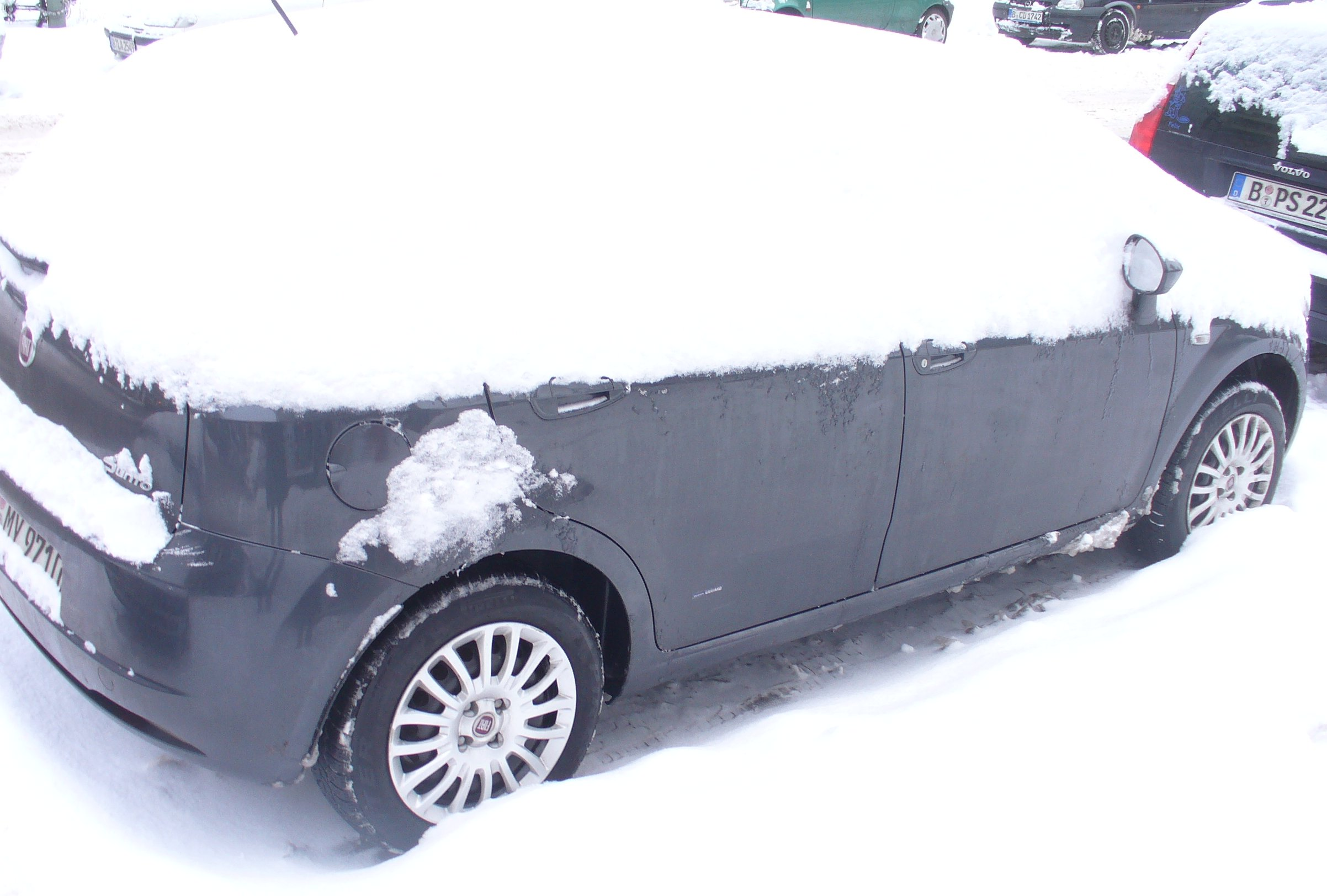 Verschneites Auto