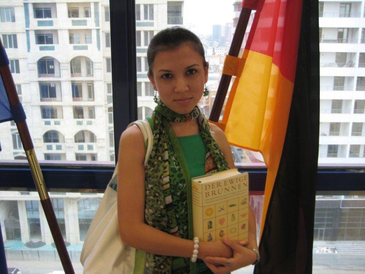 Medina Jagubova erhält den Buchpreis.